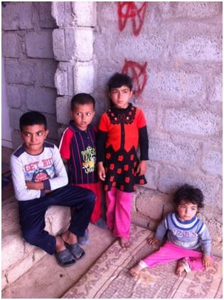 Die Eltern dieser Kinder zwischen drei und sieben Jahren wurden im August 2014 vom Islamischen Staat getötet. Insgesamt gibt es mehr als 1000 Waisenkinder unter den Flüchtlingen in der Region Kurdistan im Nordirak. Bei unseren Besuchen in Flüchtlingslagern wurden wir auf das Problem angesprochen, das durch internationale Hilfe und staatliche Aktivitäten noch nicht gelöst ist. Wir haben uns vorgenommen, mit einem (zunächst) kleinen Waisenhaus mitzuhelfen und haben das Projekt bei unserer Reise im Juli mit dem Sozialminister, UNHCR und vielen anderen vorbereitet. Wir brauchen aber Unterstützung – einmalig oder regelmäßig, denn, sobald es läuft, brauchen wir ja jeden Monat das Geld für Essen, Kleidung, Miete usw usw.